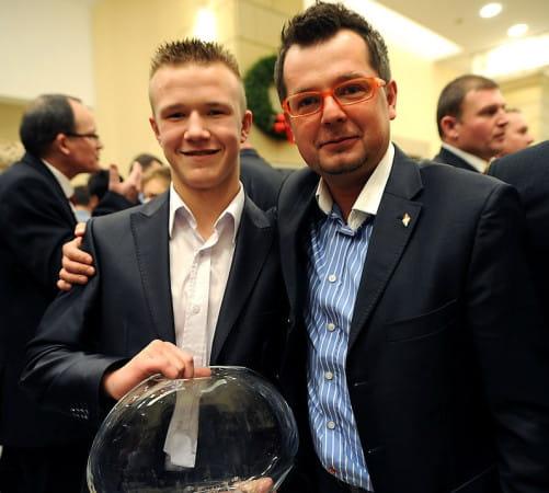 Maciej Polny na zdjęciu z Krystianem Pieszczkiem. To właśnie na wychowankach klubu prezes gdańskich żużlowców chciałby oprzeć zespół w kolejnych latach. O tym czy będzie mu to dane, zadecyduje jednak Rada Nadzorcza.
