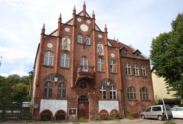 W tym pięknym budynku kiedyś mieścił się ratusz Oruni, a następnie - przez wiele lat - dzielnicowy komisariat. Teraz niszczeje i nie wiadomo nawet, kto jest jego właścicielem.