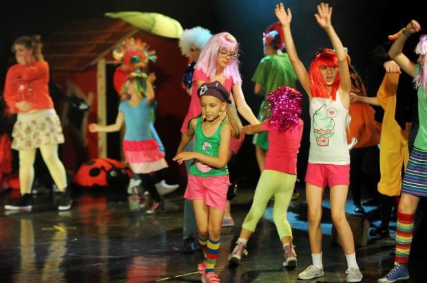 """Dzięki dziecięcej energii i umiejętnościom małych aktorów, piosenki zbiorowe (np. """"Świat należy do ciapków"""") należą do mocnych punktów musicalu """"Trudne pytania""""."""