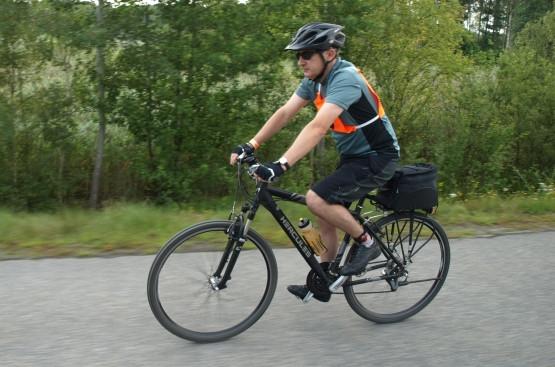 Każdy jedzie na rowerze jakim dysponuje: jedni na szosówkach, inni na rowerach miejskich i turystycznych. Niektórzy również na rowerach górskich. Dla chcącego, nic trudnego.