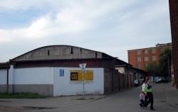 """Ten obecnie bezimienny fragment ulicy prowadzącej do hali w czasach Wolnego Miasta Gdańska nosił nazwę """"An der Messehalle""""."""