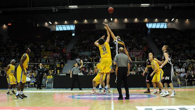 Koszykarskie derby  to gratka dla kibiców basketu, ale chcieliby oni mieć możliwość obejrzenia jak największej ilości innych spotkań.