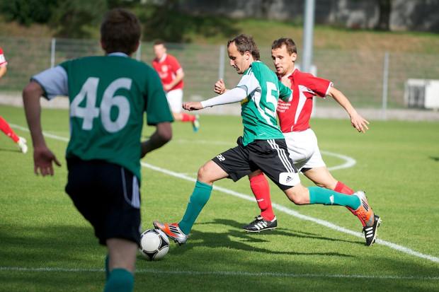 Drugi zespół Lechii nie miał w niedzielę najlepszego dnia. Biało-zieloni stracili pierwszą bramkę w rozgrywkach III ligi, a zwycięstwo w derbach zapewnili sobie dopiero w końcowych minutach. Na zdjęciu Paweł Nowak.