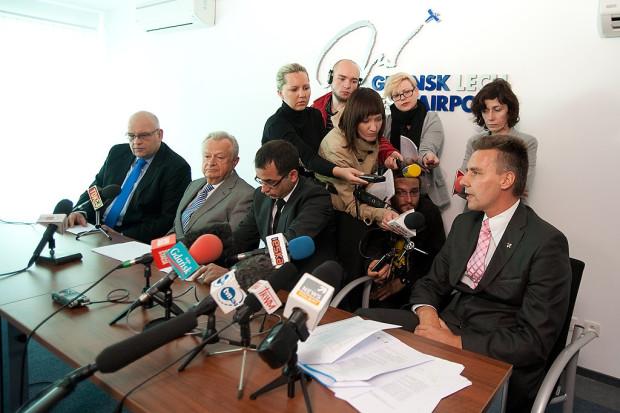 Dziennikarze oblegają prezesa lotniska Tomasza Kloskowskiego po ujawnieniu korzystnych dla niego wyników kontroli rady nadzorczej.