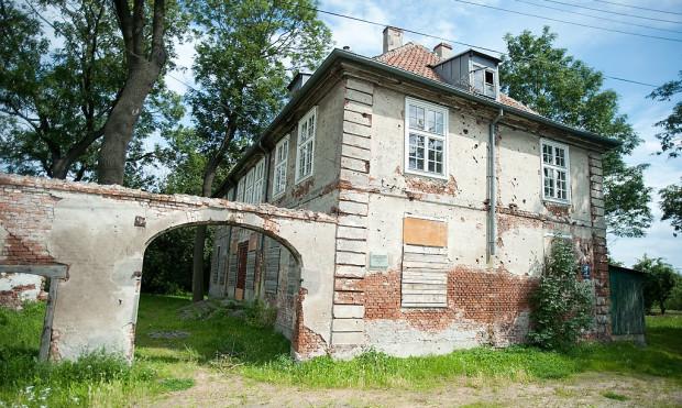 Dwór pochodzący z 1802 roku ma zagrzybione elewacje, zniszczone mury i wybite szyby w oknach. Zielonoświątkowcy, poza działalnością kościelną, chcieli, by to miejsce służyło również lokalnej społeczności.