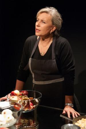 Krystyna Janda w roli zawieszonej między swoją osobą a bohaterką Danutą Wałęsą przez całe przedstawienie przygotowuje szarlotkę.