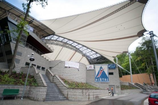Na konstrukcji stalowej dachu amfiteatru rozpięta jest niesamowicie cienka i wytrzymała membrana.