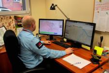 Pracownicy centrali ruchu ZTM Gdańsk na monitorach widzą rzeczywistą lokalizację pojazdów komunikacji miejskiej wraz z informacją o opóźnieniu lub przyspieszeniu realizacji kursów.
