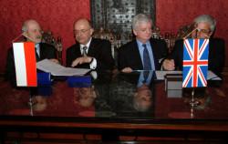 W Sali Czerwonej Ratusza Głównego w Gdańsku 28 stycznia 2004 roku przedstawiciele ówczesnego Zarządu Morskiego Portu Gdańsk SA oraz DCT Gdańsk podpisali umowę dotyczącą budowy terminalu kontenerowego. Podpisują: Andrzej Kasprzak, ówczasny prezes portu (z lewej ) i James Sutcliffe z DCT (z prawej).