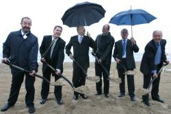 Październik 2005 roku. Uroczyste wbicie łopaty w plaży czyli początek budowy terminala.