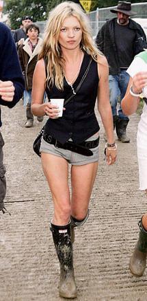 Kate Moss w kaloszach marki Hunter.