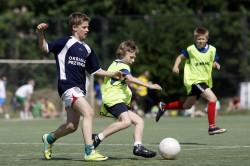 Młodzi piłkarze podczas turnieju.