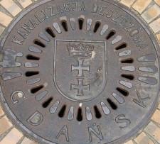 11 włazów do studzienek kanalizacyjnych ukradł mieszkaniec Gdańska. Na szczęście szybko go złapano.