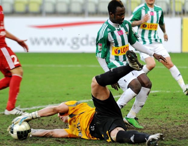Mateusz Bąk, który z Lechią przeszedł drogą od A-klasy do ekstraklasy, w piątek trzykrotnie wyciągał piłkę z siatki Podbeskidzia, a zwycięskiego gola dla biało-zielonych strzelił z karnego Abdou Razack Traore.
