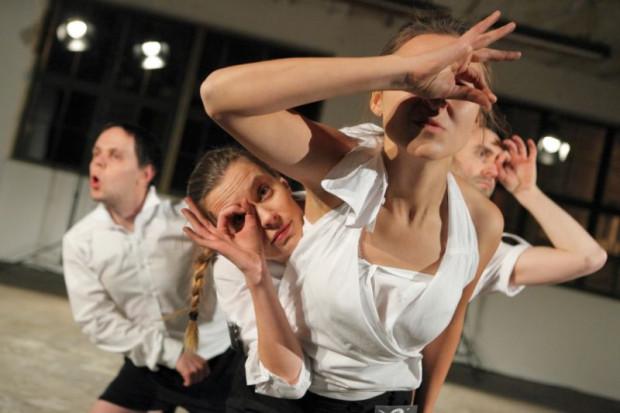 """""""Re-wolt"""" to spektakl-performance na czwórkę aktorów, którzy deklamując tekst sztuki Anny Wojnarowskiej, wykonują abstrakcyjne, niespodziewane czynności."""