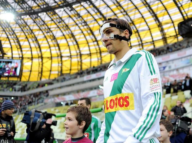 Jarosław Bieniuk poleciał po nową maskę do Hanoweru. To miejsce polecił mu Andrzej Niedzielan z Ruchu Chorzów, czyli drużyny, z którą Lechia zagra już w najbliższy piątek.