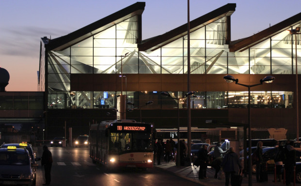 Na lotnisku trwa spór między taksówkarzami korporacyjnymi, a niezrzeszonymi, którzy nie mogą podjeżdżać w najlepsze miejsca.