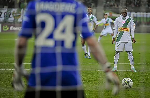 Abdou Razack Traore z karnego strzelił ósmego gola w tym sezonie w ekstraklasie i już tylko jednym trafieniem ustępuje liderowi tej klasyfikacji Danijelowi Ljuboji z Legii.