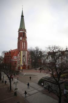 Kościół św. Jerzego oraz plac Konstytucji 3 Maja to nie tylko częste miejsce spotkań, ale także przybliżona lokalizacja środka Sopotu.