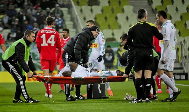 Po meczu, w szpitalu Traore założono kołnierz ortopedyczny.