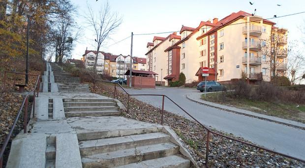 Centrum Gdańska znajduje się w rejonie trzyklatkowego bloku przy ul. Starodworskiej 5-6-7 i betonowych schodów łączących Suchanino z Siedlcami.