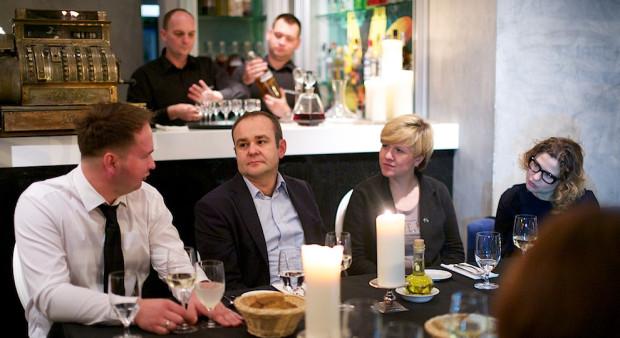 Kameralne spotkanie ekspertów, dziennikarzy, naukowców związanych z polską gastronomią obyło się 22 listopada w restauracji Metamorfoza. Kolacja połączona była z dyskusją przy wspólnym stole o działaniach kulinarnych w regionie Pomorza. Od lewej: Bartosz Czapiewski, dr hab. Jarosław Dumanowski, Monika Kucia i Agnieszka Kozak.