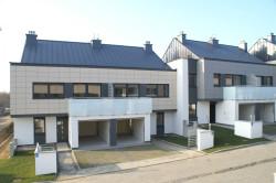 Domy szeregowe z pierwszego etapu budowy osiedla Jabłoniowy Sad.