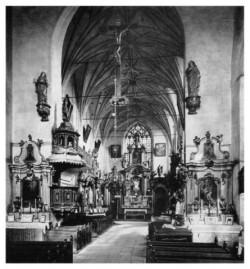 Dawniej świątynia miała wiele kunsztownie wykonanych ołtarzy i bogato zdobioną kazalnicę.