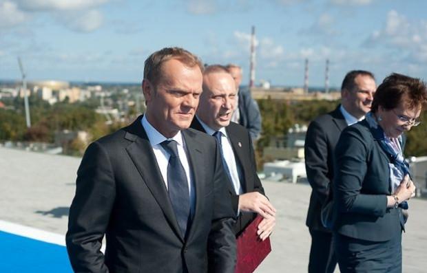 Dlaczego emerytka, właścicielka 25-metrowej kawalerki, ma płacić tyle samo, co minister Tomasz Arabski, (z prawej) który mieszka z żoną i czwórką dzieci w dwustumetrowej willi? - pytał Donald Tusk, w weekend na spotkaniu z białostocką PO.
