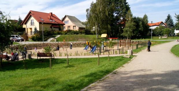 Plac zabaw w parku przy ulicy Chirona na gdańskiej Osowie.