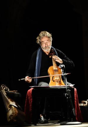 Jordi Saval przez 10 lat uczył się gry na wiolonczeli, po czym zamienił ją na violę da gamba, z którą nie rozstaje aż do tej pory. Jego brawurowe interpretacje muzyki dawnej usłyszymy 12 grudnia w Dworze Artusa.