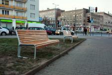 Siedziska przy ul. Do Studzienki/al. Grunwaldzkiej w wyniku błędu ustawiono przy drodze prowadzącej do domu towarowego, lecz wkrótce zostaną przeniesione...