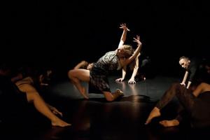 Każdy z tancerzy miał okazję zaprezentować swoje możliwości w duecie lub solo (w środku Joanna Nadrowska).