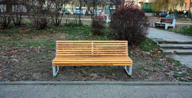 Cztery nowe ławki wyróżniają się wyglądem na tle dotychczasowych, betonowych siedzisk widocznych w tle po prawej.