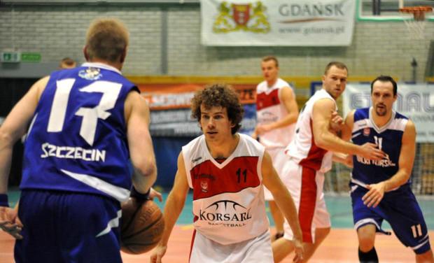 Koszykarze ze Szczecina zagrali jak na lidera przystało i  wywieźli z Gdańska dwa punkty.