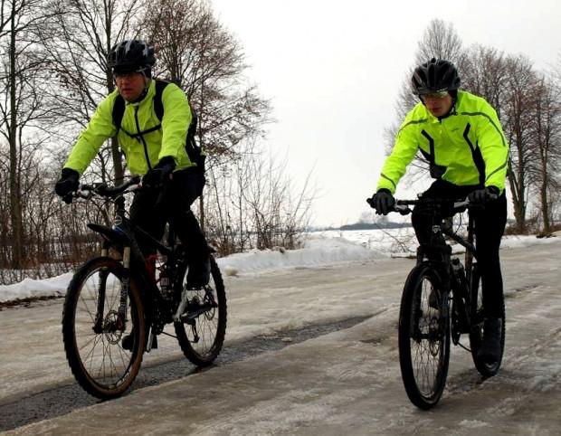 Zimowa jazda na rowerze wiąże się z wieloma wyzwaniami...