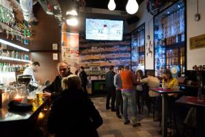 Hitem tego roku były bary, gdzie za parę złotych można napić się wódki i zjeść prostą przekąskę. Nz. gdański No To Cyk.